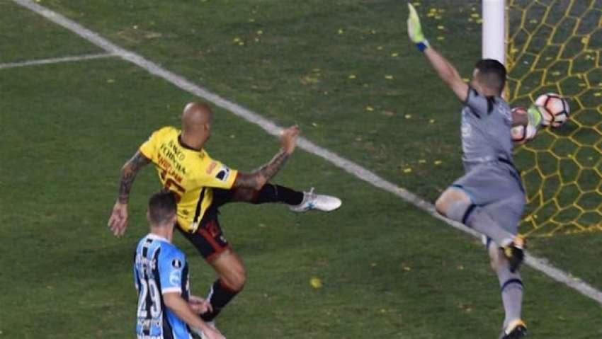 Xavier Arreaga sobre la derrota ante Gremio: ''Si entraba esa pelota de Nahuelpán, era otro el cantar''