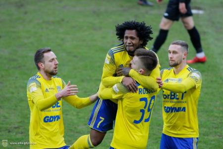 Arka Gdynia de Christian Alemán, ganó de visitante en la liga de Polonia