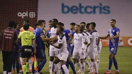 (VIDEO) Pelea, golpes y empujones: todo lo que pasó en el Liga de Quito vs Emelec