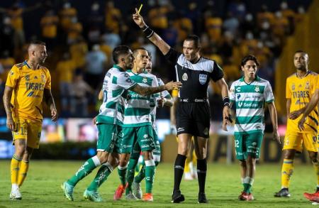 Félix Torres titular en el empate de Santos contra Tigres