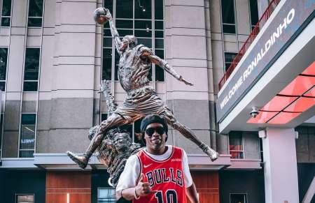 (FOTOS) Ronaldinho posó en Chicago frente a la estatua de Michael Jordan