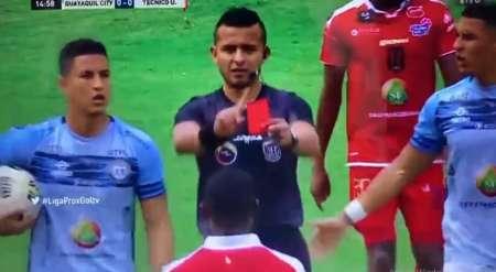 (VIDEO) Árbitro de Guayaquil City vs Técnico Universitario pitó penal y expulsión pero luego los anuló