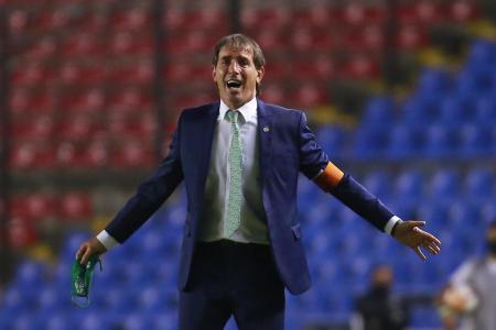 Guillermo Almada explota contra los árbitros tras empate León Santos