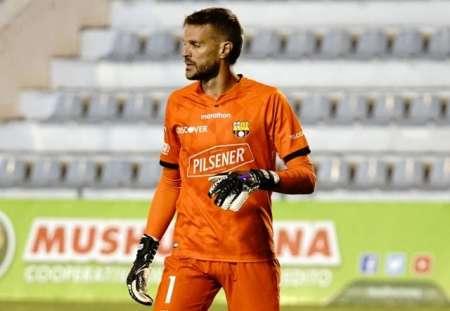 La curiosa marca de guantes que usa Javier Burrai con Barcelona
