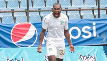 (VIDEO) Juan Luis Anangonó marca gol de tres puntos para su club