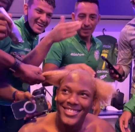 (VIDEO) Insólito look del joven debutante de Orense