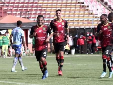 (FOTO) Deportivo Cuenca cancela deuda a jugadores