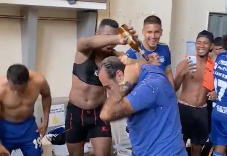 (VIDEO) El momento en que jugadores de Emelec 'bañaron' al presidente Nassib Neme