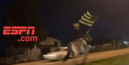 Insólita caravana de hinchas de Peñarol previo al duelo ante Nacional