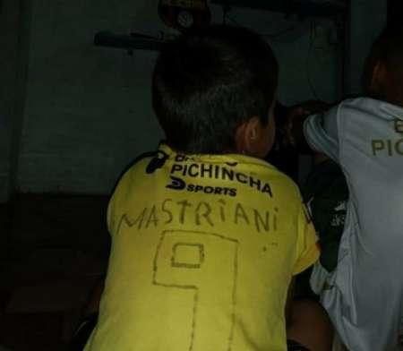 (VIDEO) Mastriani y su gesto con un pequeño hincha amarillo
