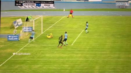 (VIDEO) Con el pecho la bajó, dominó la pelota, y una mal rechazo para gol