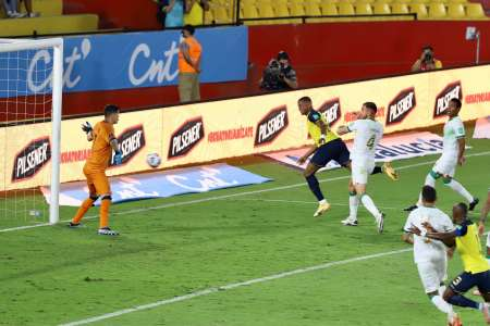 (VIDEO) Con un golazo de cabeza, Michael Estrada abrió la goleada ante Bolivia