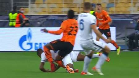 (VIDEO) Lamentable lesión de Traoré en el duelo entre Shaktar e Inter de Milan