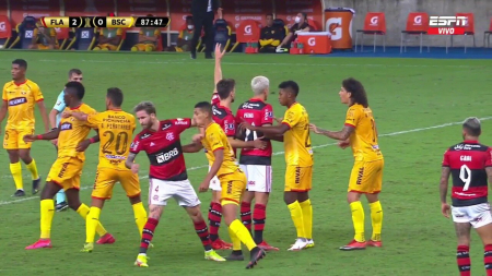 (VIDEO) Leo Pereira fue expulsado tras este tremendo codazo a Fernando León