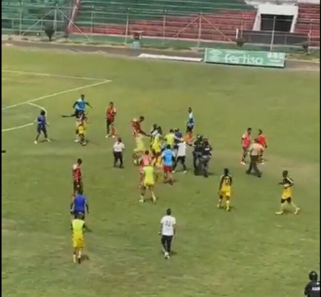 (VIDEO) Golpes y patadas volaron en un partido de la Segunda Categoría