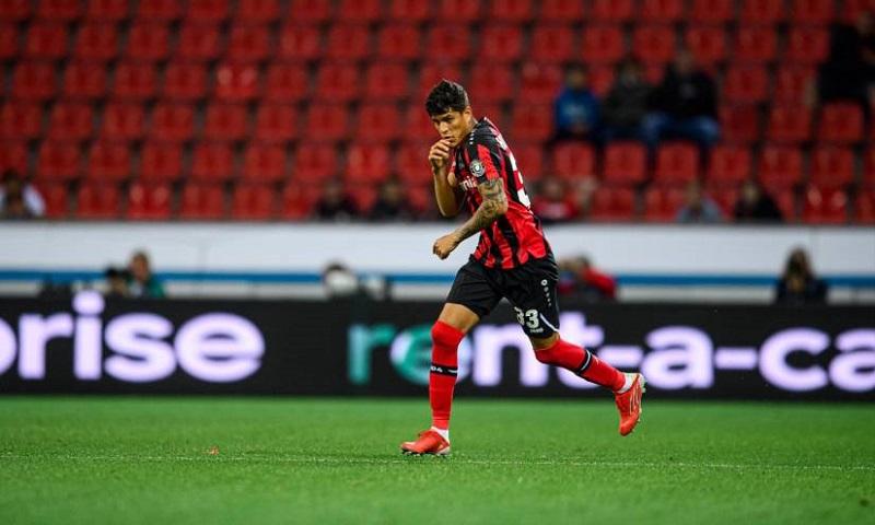 (VIDEO) Impresionante corte defensivo de Piero Hincapie en el triunfo del Bayer Leverkusen